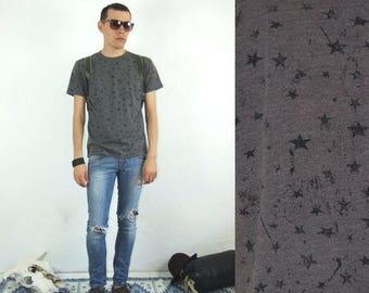 ON SALE 90's vintage men's gray star patterned T-shirt