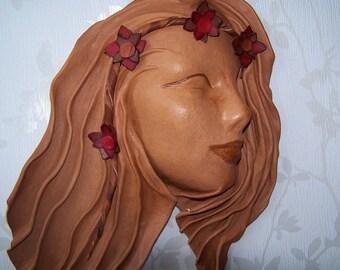 Masque CUIR  Profil Femme Couronne de  Fleurs   Sculpté modelé Artisan d'Art France