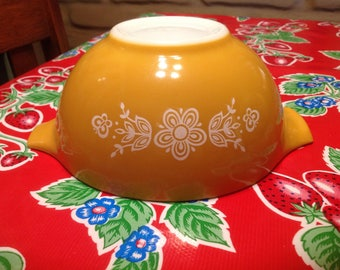 Vintage Pyrex Butterfly Gold pattern 1.5  quart bowl with handles