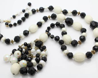 """Striking Vintage 26"""" Black and White Bead Statement Necklace. [11466]"""