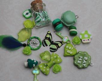 Les trésors d'Alice - joli lot de breloques vert