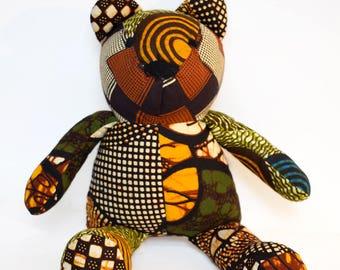 Ourson en patchwork de coton wax, ours petit modèle, doudou ou décoration chambre d'enfant, cadeau de naissance en wax Africain tons marron