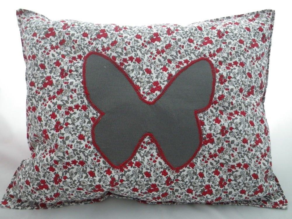 coussin006 coussin gris et rouge et papillon gris. Black Bedroom Furniture Sets. Home Design Ideas