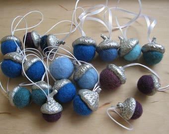 Set of 19 felt Christmas acorns, natural acorn caps painted with silver paint, 1,4-2,5cm felt balls.