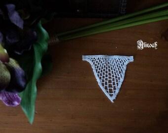 1 white guipure lace motif