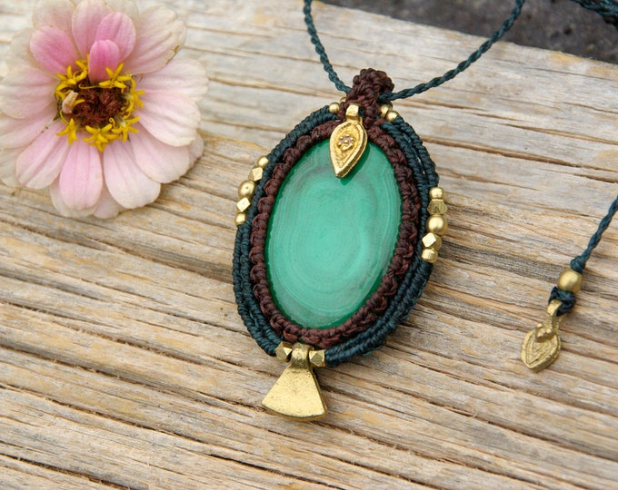 Macrame pendant with big MALACHITE, brass, nickel-free, stone talisman, yoga amulet, macrame necklace, adjustable, powerful talisman