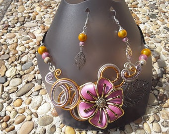 Necklace and Flower Earrings in gold and light pink aluminum wire