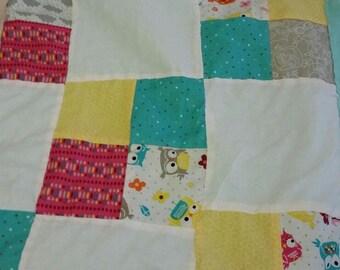 Helder gekleurde Steenuil baby quilt met Flanel achterop