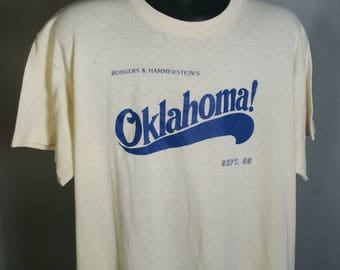 1985 Oklahoma! Rodgers & Hammerstein Musical Tee Sz Medium Large Light Yellow Blue Souvenir RARE Theater Theatre Okie OK Midwest Soft Poly
