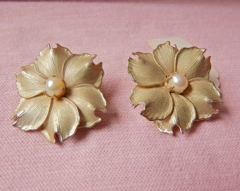 Real Pearl Flower Earrings - Floral Clip on Earrings - Pearl Jewelry - Nature themed jewelry