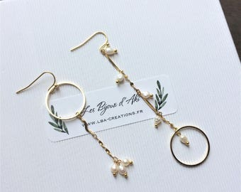 "Earrings asymmetrical ""Maud"" chain plated gold with freshwater pearls"