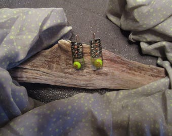 Set scarf and earrings in green/black glass on transparent background