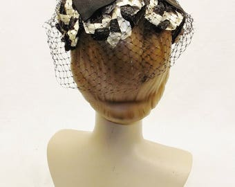 50s 60s Vintage Black and Off White Cellophane Straw Hat with Open Crown