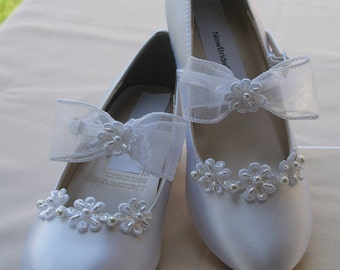 Girls Communion White Satin Shoes beaded Flowers appliques, White Satin Mary Janes, flower girls shoes, low heel, Pageant Wear, First Dance