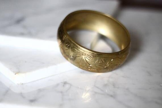 1970s brass floral bangle // floral etched bracelet // vintage jewlery