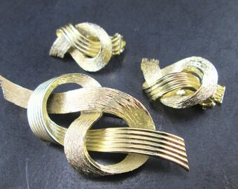Vintage Lisner Gold Tn Knot Brooch / Pin & Clip On Earrings Set 1960's Signed