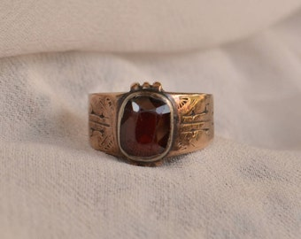 Magnificent and mysterious antique 9K yellow gold Garnet ring