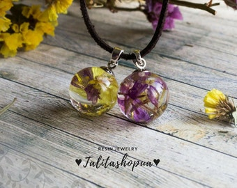 Real flower wrap suede choker necklace in boho style, Resin ball, Sphere necklace, Adjustable choker, Unique botanical jewelry, Gift for her