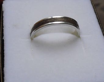 """Custom"" rings in silver and wood, width 4.5 mm."