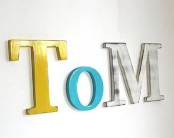Prénom en bois TOM  bleu , jaune et blanc patiné  - naissance - lettre géante