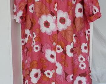 Vintage 1960s 1970s Pink White Floral Short Sleeve Cotton Housecoat Dress. Outdoor Summer Dress. Size 10-16