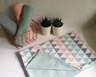 Light graphic cover, double gauze and pastel triangles baby blanket