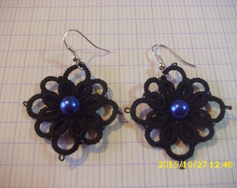 beautiful pair of earring made /dentelle hand tatted