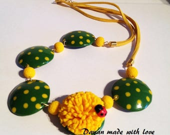 Solar necklace with yellow flower