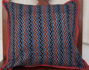 Série Panjab 31: Housse de coussin, 40x40cm (16x16), coton indien, motifs traditionnels, motifs zigzag, couleurs ocre, rouge, noir, bleu.
