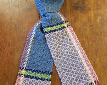 Hand woven scarf with frame