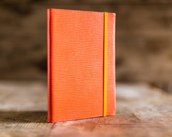 2018 weekly planner in Coral Epi leather, the perfect Christmas gift. Agenda 2018, diary in leather. Made in Italy.