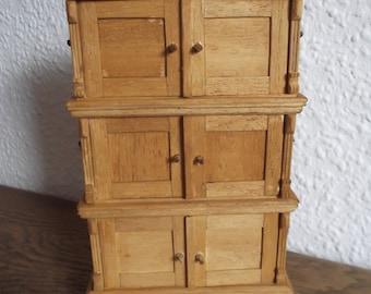 Dollhouses, Bauernstube - fire Cabinet - Gründerzeit chests m. foot & Crown, Hessian variant 22 x 13 x 6 cm 133 parts handmade