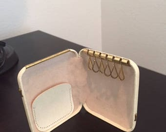 Vintage Hard leather 6 key chain organizer holder ~ Snaps Shut ~ Ivory