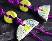 bijou crochet boucles d'oreille dormeuse acier inoxydable couleur violet vert forme demi lune semi cercle longues pendantes