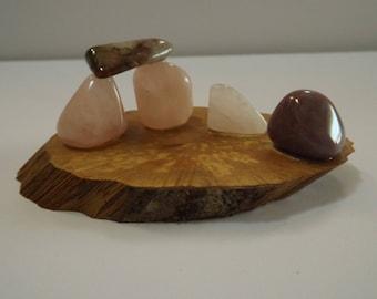 Centre de table - pour fête - anniversaire - mariage - Déco de table - objet de décoration  en pierres  naturelles sur tranche de bois