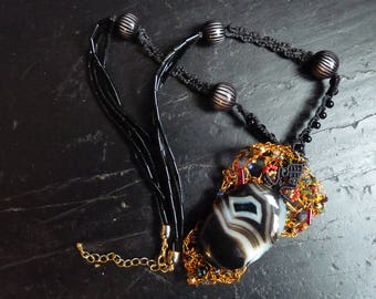 AGATE necklace adorned with micro-macrame with a pendant