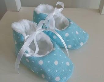 Chaussons bébé mixte en coton bleu pâle à pois blancs et fourrure blanche. Cadeau de naissance. Taille 3-6 mois