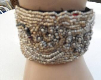 Bracelet brodé écru, plusieurs sortes de perles