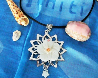 Pretty Silver Flower Hibiscus pendant mother of Pearl on Meral flower.