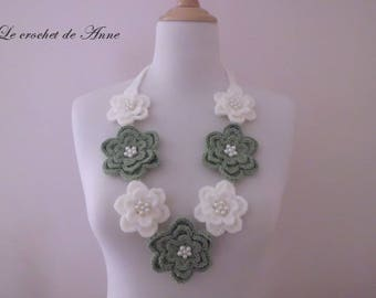 Necklace in green Sage and ecru, decorated with flowers and pearls!