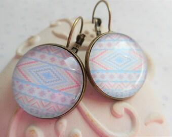 """Boucles d'oreille dormeuses cabochon verre 20 mm """"tribal bleu ciel et rose pale"""" perles, bronze, vintage"""