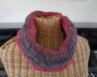 snood knitted with yarn that varies from red to gray