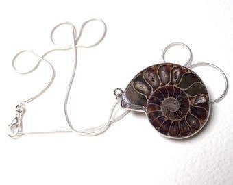 Fossil ammonite pendant + chain snake 925-51 cm.