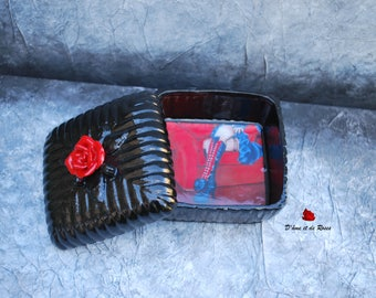 Box with pink red black baroque picture painting in resin