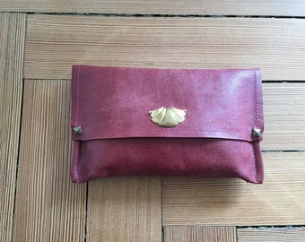 Clutch in Burgundy leather with art deco pattern