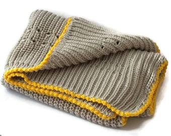 Chunky baby blanket handknitted grey 100% itch-free merino wool Babydecke gestrickt aus reiner Merinowolle in grau-gelb Couverture bébé gris