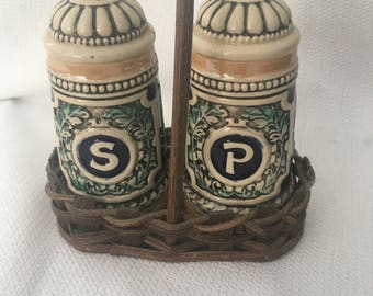 Home from the Hunt' Beautifully detailed salt and pepper shakers