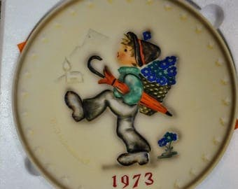 Vintage 1973 Goebel W. Germany Hummel Globe Trotter Annual Collector Plate - Original Box and Paperwork - Bas Relief Porcelain Collectors