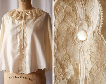 Allo | Vintage 1970s Bed Jacket Ivory Cotton Sateen 70s Short Robe Vintage Lingerie Lace Ruffle Collar Scallop Hems Tie Button Front Size M