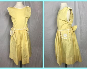 1950s Little Girl's Yellow Summer Dress with Contrast Edges and Daisy Appliques - YoungLand Fashions - Size 8